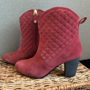 SALE🎄Isaac Mizrahi Burgundy Quilted Suede Boots